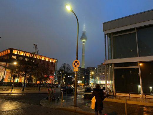 Ootel und Volksbühne am Rosa-Luxemburg-Platz